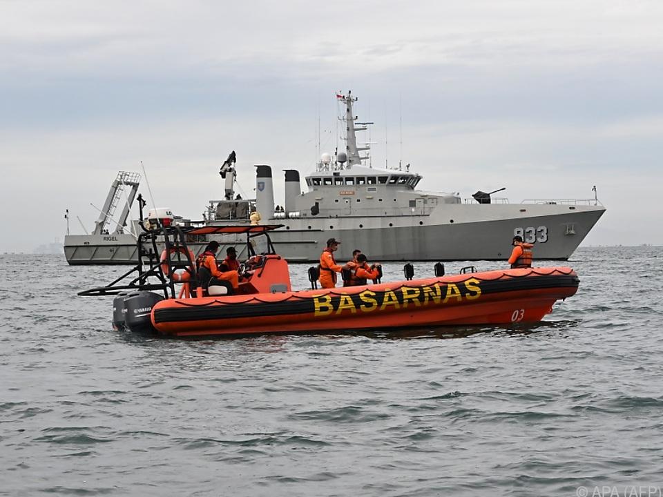 Suchmannschaften und Marineschiffe im Einsatz