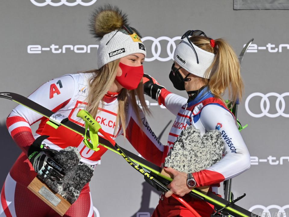 Tamara Tippler und Siegerin Gut-Behrami nach dem Supr-G in Crans