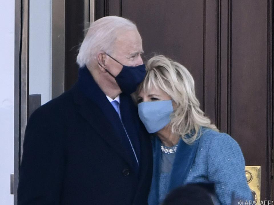 US-Präsident Joe Binden und Ehefrau Jill Biden vor dem Weißen Haus