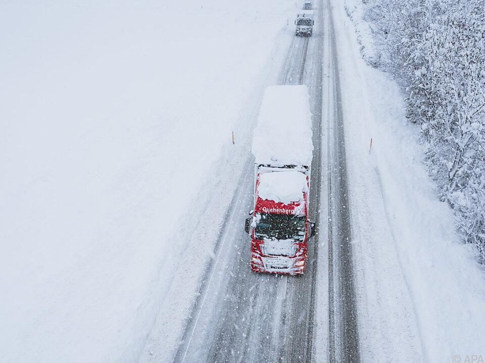 Rund drei Millarden Liter Diesel wurden 2020 an Großabnehmer verkauft schnee lkw verkehr sy