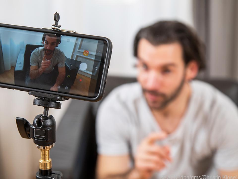 Zum Start machen Smartphones mit Stativ ausreichend gute Videos