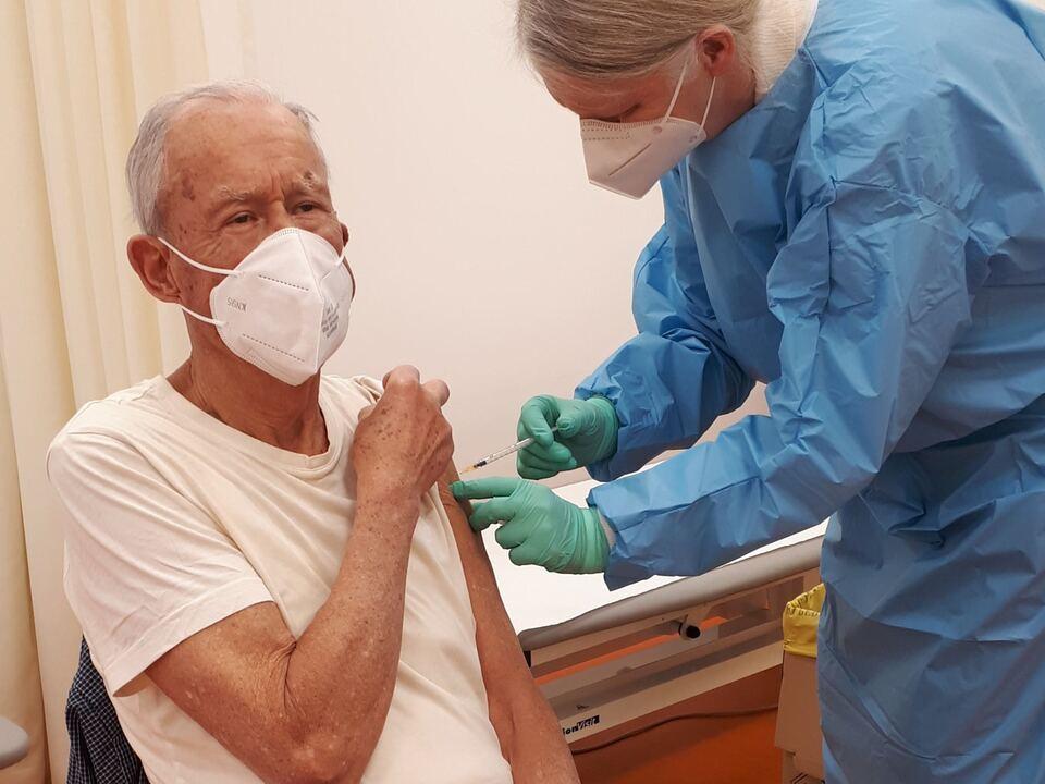 Die Bewohnerinnen und Bewohner der Südtiroler Seniorenwohnheime, auch im Grieserhof in Bozen (im Bild), haben sich rege an der Corona-Impfung beteiligt. (Foto: LPA/Stiftung St. Elisabeth) impfung