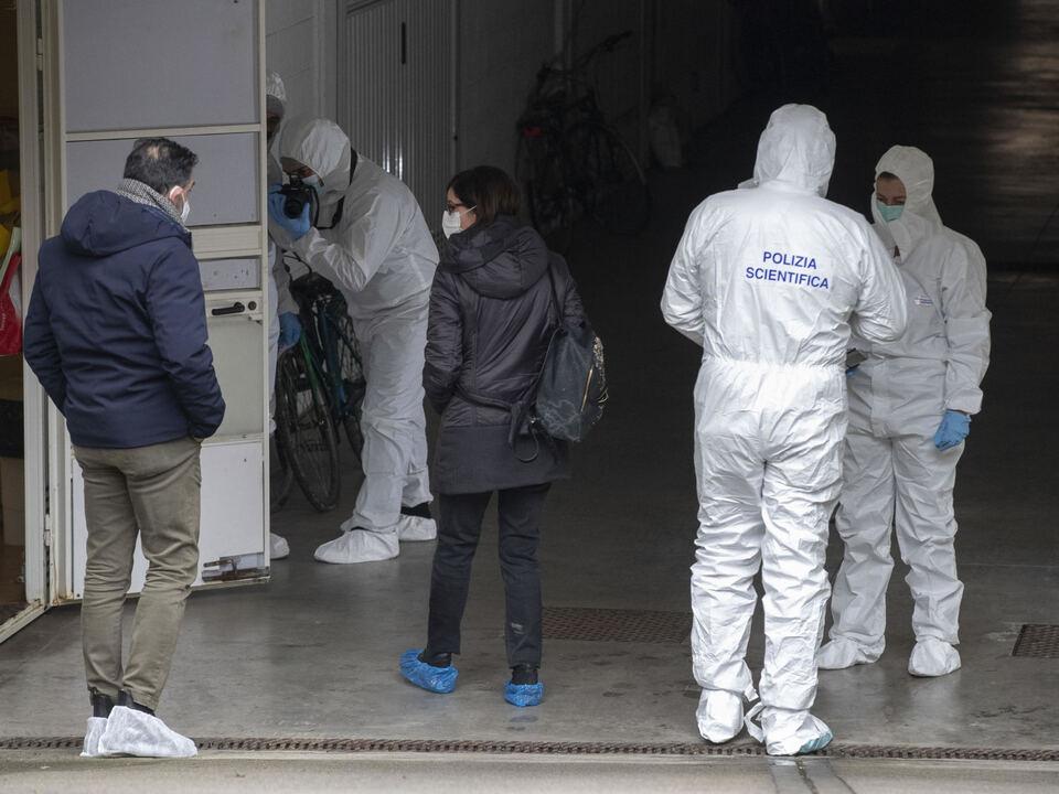 Il procuratore di Ravenna Angela Scorza insieme alla polizia scientifica all\'esterno dell\'abitazione dove una donna, Ilenia Fabbri,  è stata trovata morta a Faenza, 6 febbraio 2021., athesiadruck2_20210207181503686_ca3ce6105ba7d8fb24467a4d6dcd298b