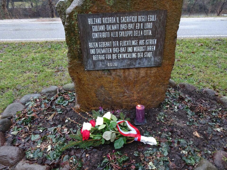 Blumen Denkmal Foibe 2021 A