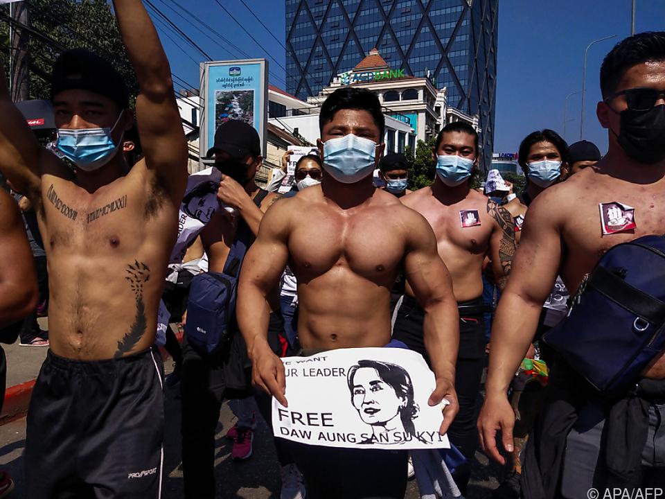 Bodybuilder bei Protesten in Myanmar