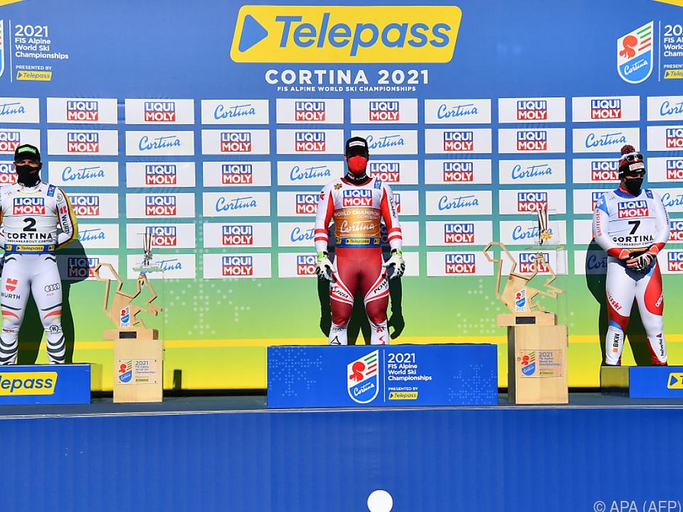Das Podest der WM-Herrenabfahrt mit Sieger Kriechmayr