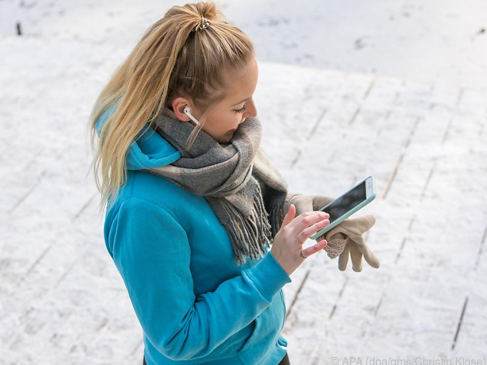 Das Smartphone nur so lang wie nötig aus der warmen Innentasche holen