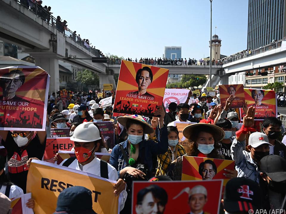 Demonstranten fordern die Freilassung von Aung San Suu Kyi