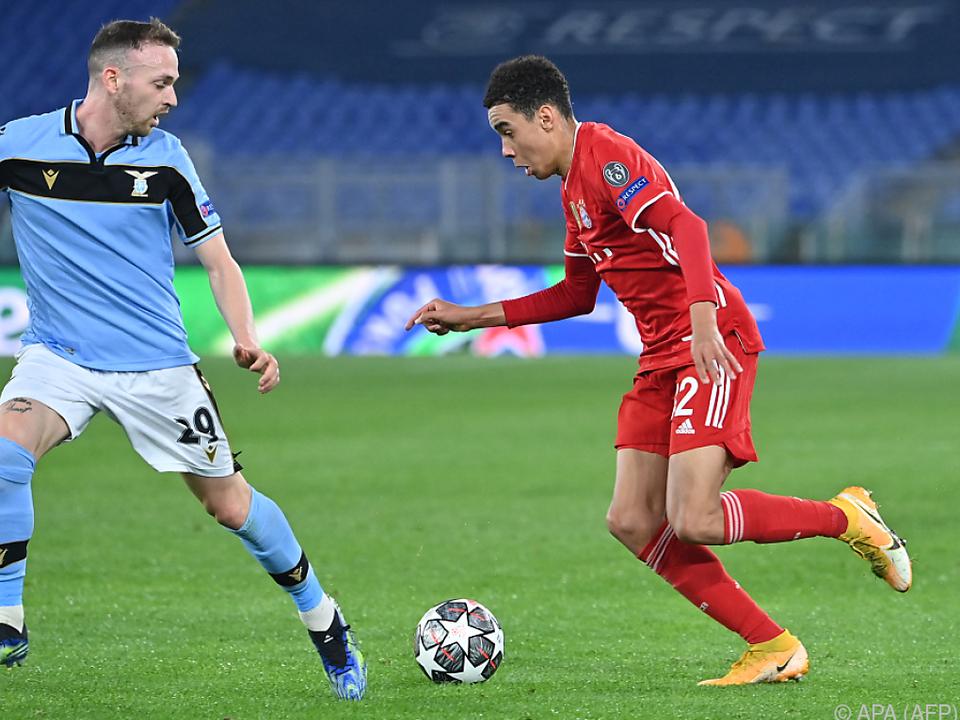 Der 17-jährige Musiala (r.) zeigte für die Bayern auf