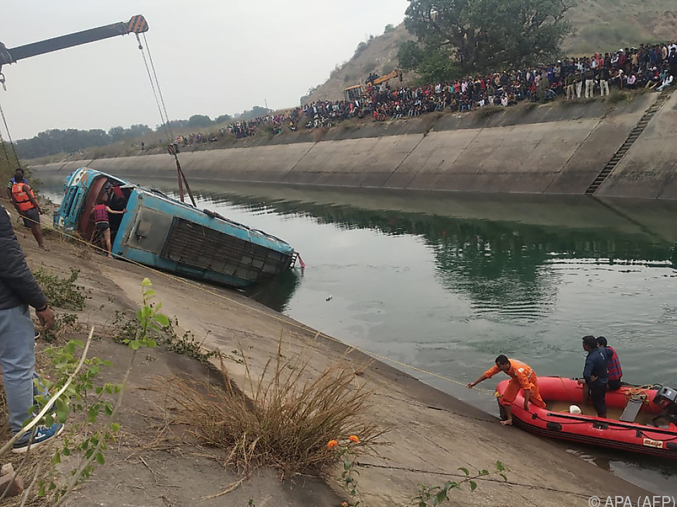 Der Bus wurde mit Kränen aus dem Wasser gehoben