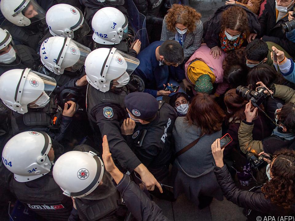 Die Polizei drängte die Demonstranten zurück