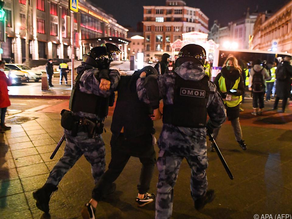 Die Polizei geht hart gegen Demonstranten vor