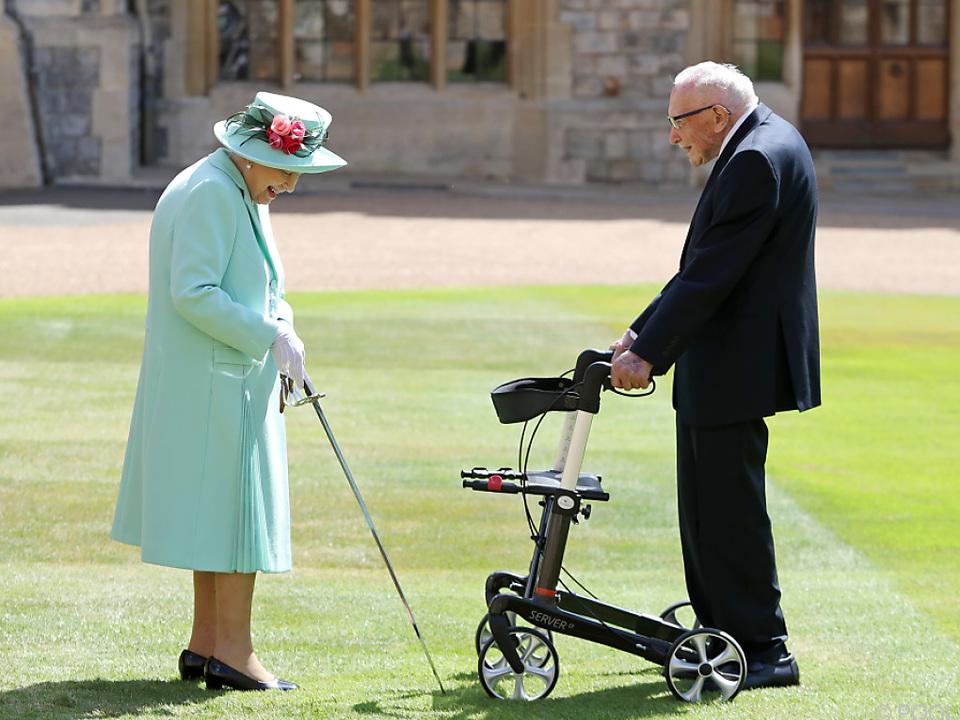 Die Queen ernannte Tom Moore zum Ritter