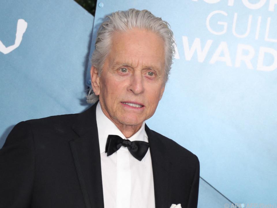Douglas hilft beim Austeilen der Golden-Globe-Trophäen