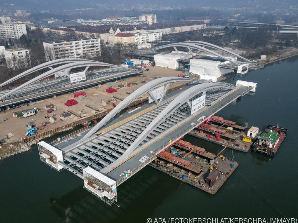 Erstes der beiden ja 2.800 Tonnen schweren Bauteile auf Schubschiffen