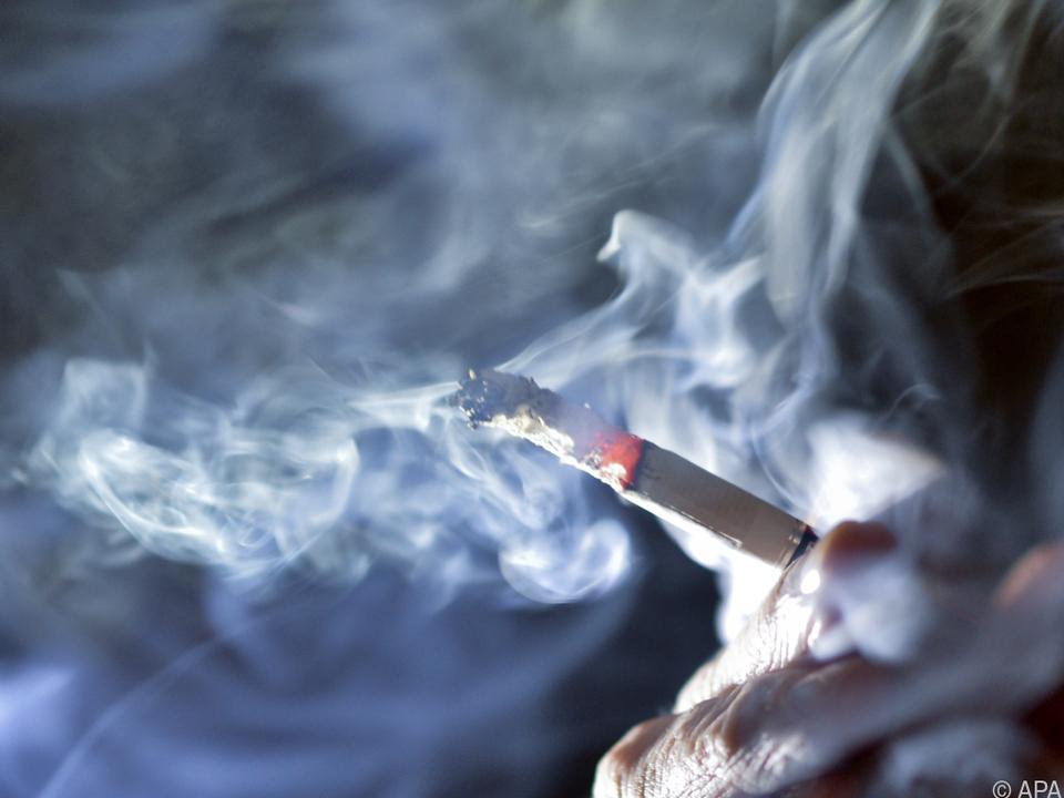 Frauen bei Zigaretten und Beruhigungsmitteln stärker gefährdet