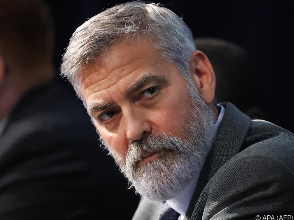 George Clooney schneidet seinem Sohn die Haare