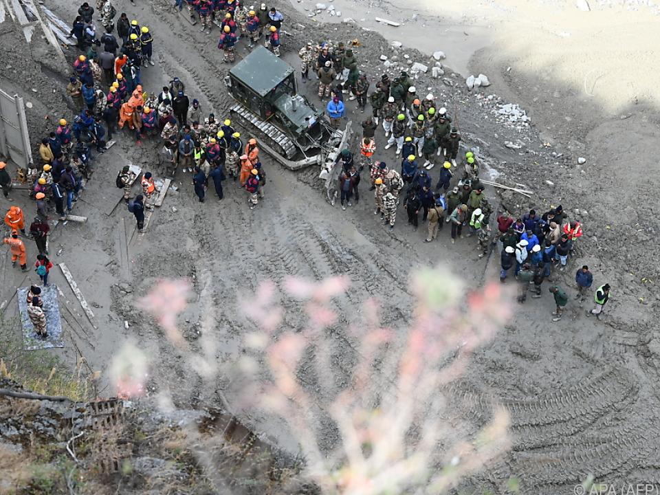 Hunderte Einsatzkräfte graben nach Vermissten