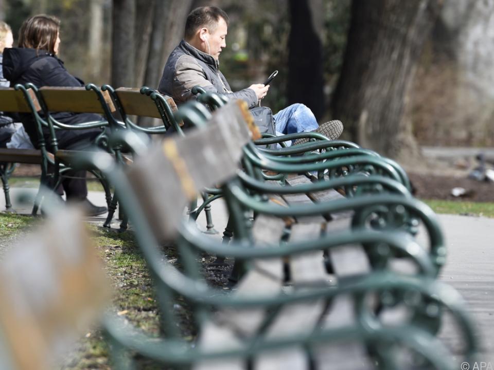 Im Park lernte ein überfallener Wiener eine Tatverdächtige kennen