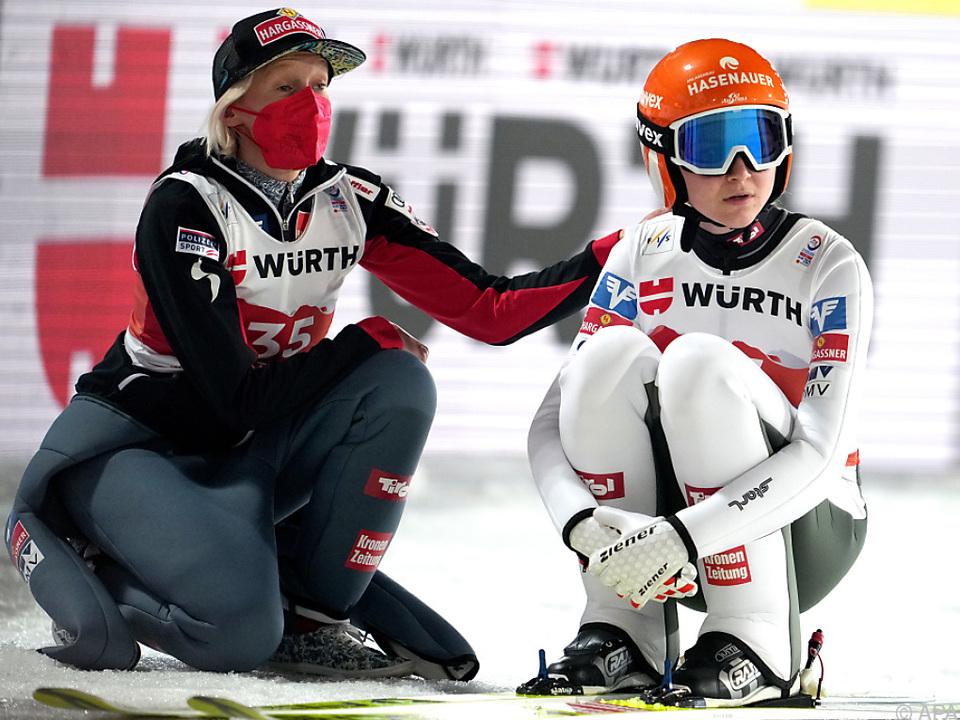 Iraschko-Stolz (l.) und Kramer gehen im WM-Teambewerb auf die Revanche