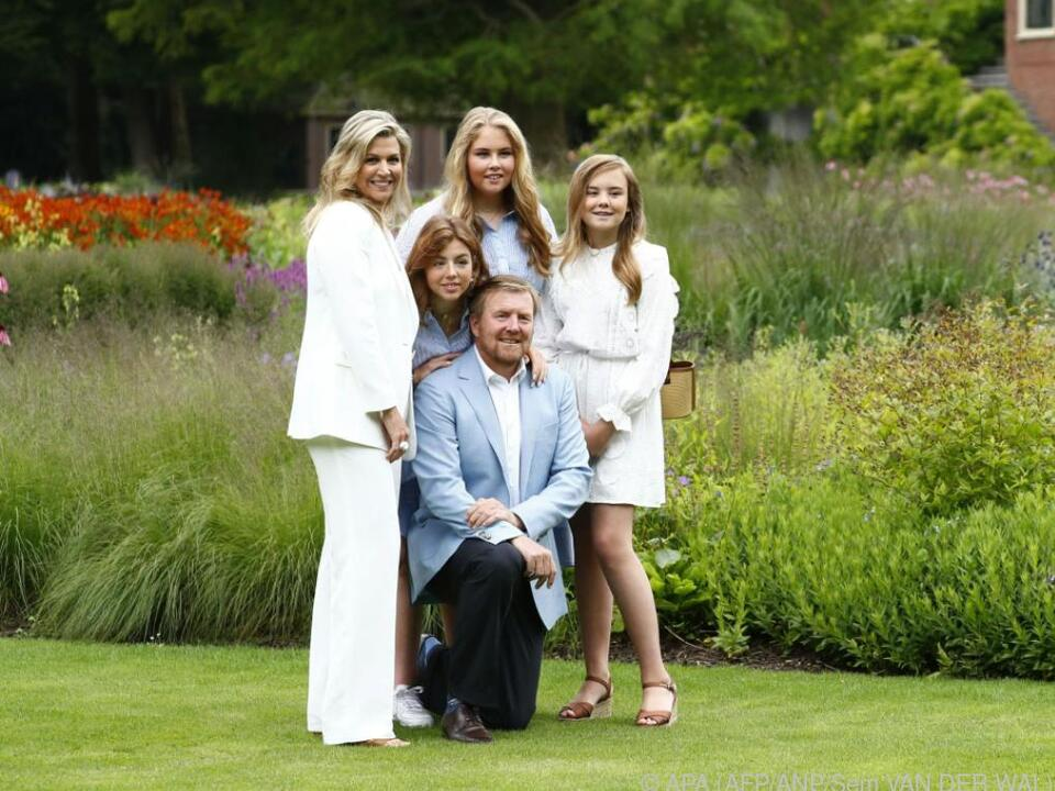 Königen Maxima  (li.) und König Willem-Alexander mit ihren drei Töchtern