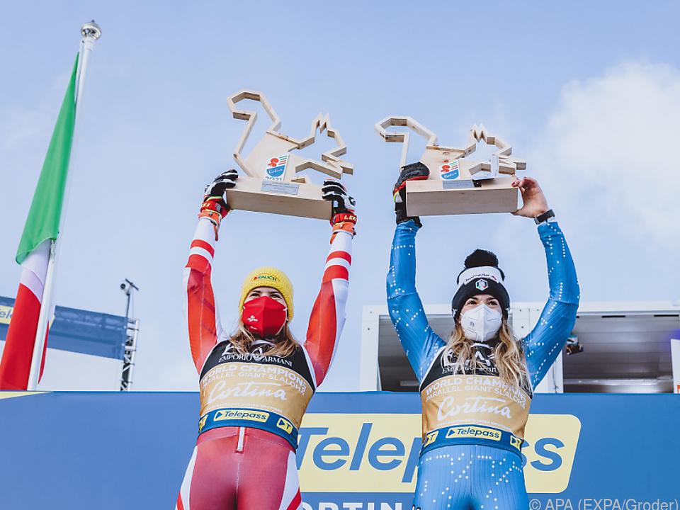 Liensberger (l.) mit ihrer Weltmeisterin-Kollegin Marta Bassino