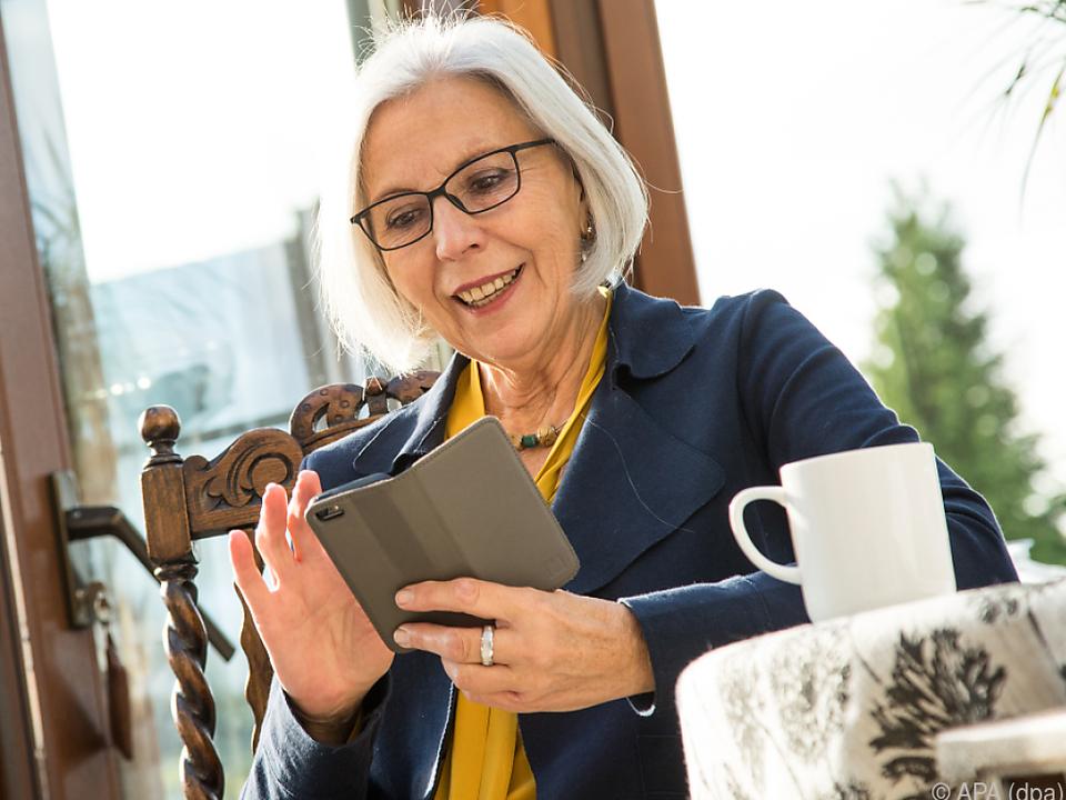 Mit dem passenden Handy kommen auch Senioren gut zurecht