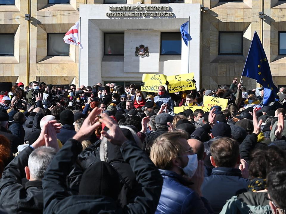 Oppositionelle dicht gedrängt vor dem Regierungsgebäude in Tiflis
