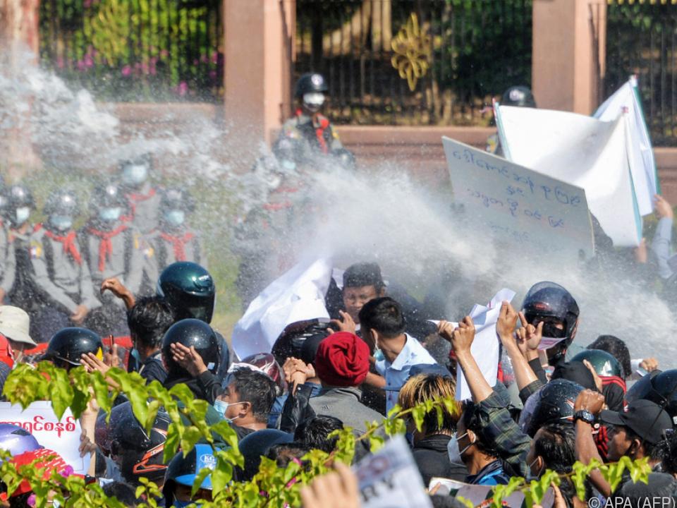 Poliizei setzt Wasserwerfer gegen Demonstranten in Naypyidaw ein