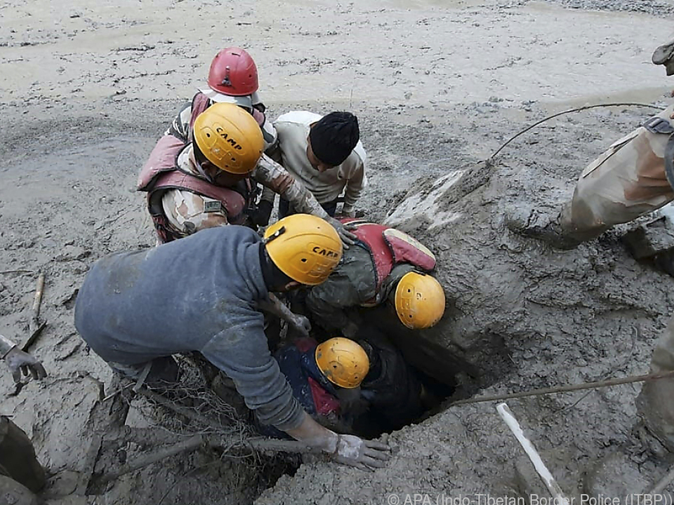 Rettungskräfte suchen verzweifelt nach Überlebenden