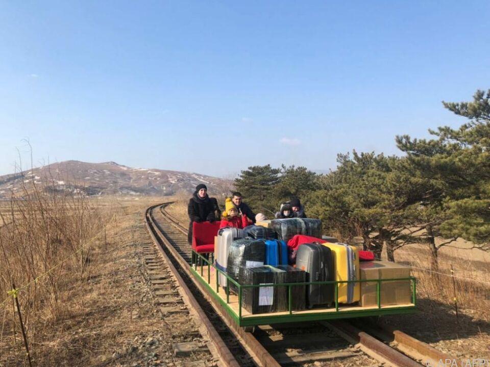 Russische Diplomaten-Familie bei der Ausreise aus Nordkorea