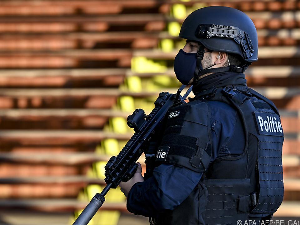 Schwer bewaffnete Polizei vor Ort