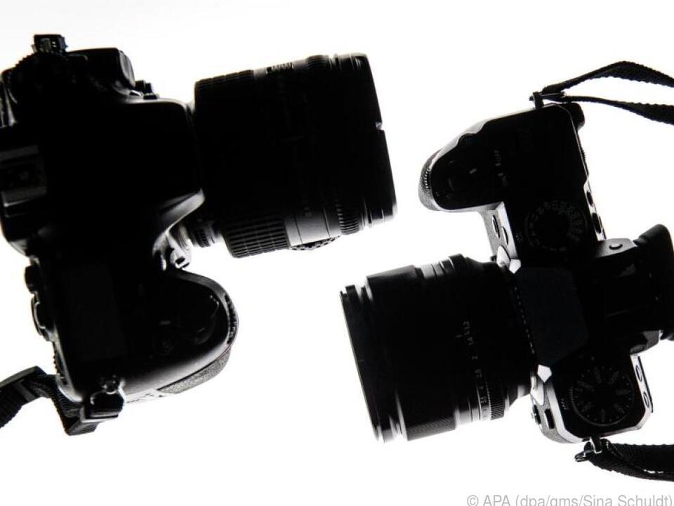 Spiegellose Systemkameras (r) sind deutlich schlanker als Spiegelreflexkameras