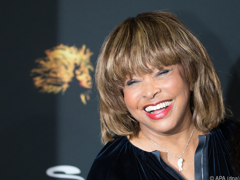 Tina Turner steht vor dem Eintritt in die Ruhmeshalle