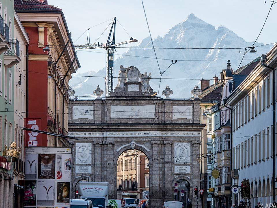 Tirol drohen schärfere Maßnahmen gegen Corona innsbruck triumpfpforte sym