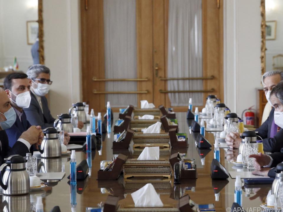 Treffen von Irans Außenminister Zarif mit IAEA-Vertretern am 21. Feber