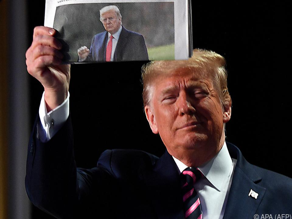Trump in Jubelpose nach erstem Freispruch im Vorjahr