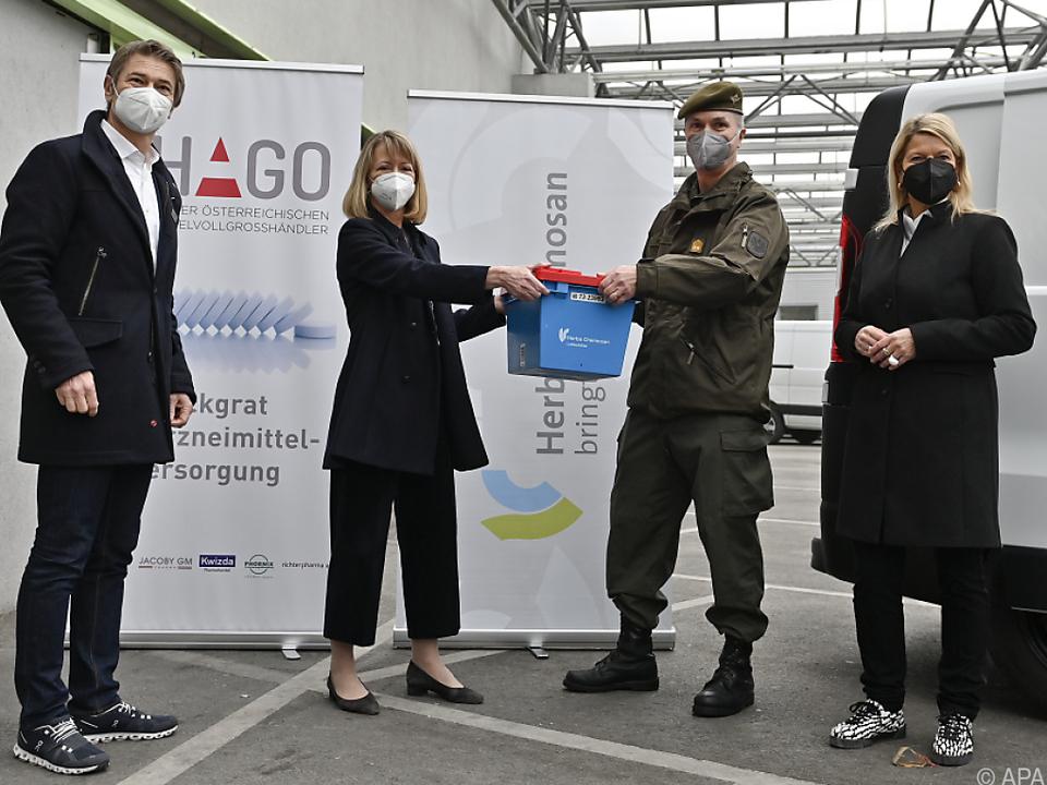Verteidigungsministerin Tanner nimmt AstraZeneca-Vakzine in Empfang