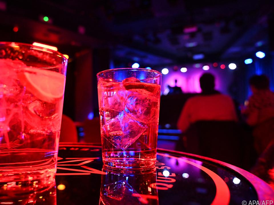 Wegen Corona: Keine Longdrinks in Discos, kein Tanz, keine Party alkohol feiern kellner gastronomie