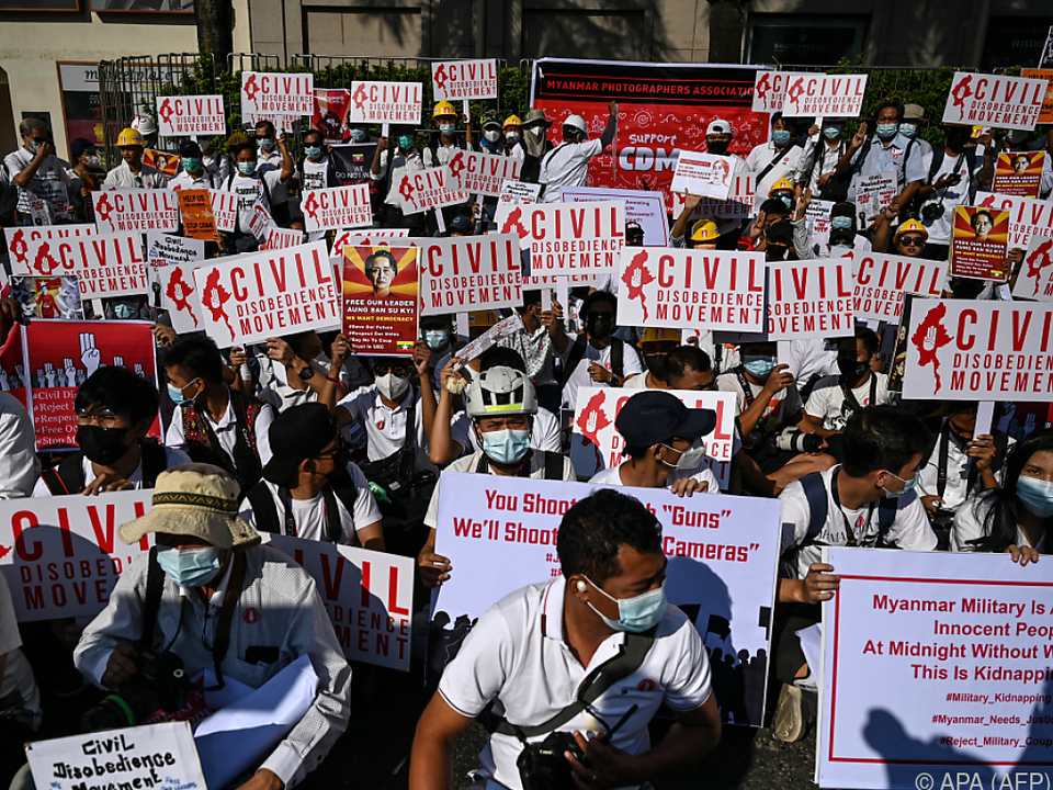 Wütende Proteste gegen den Milutärputsch reißen nicht ab