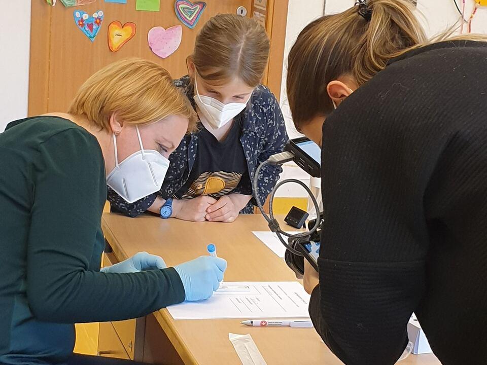 1100935_Nasenbohrer-Test-Lehrperson