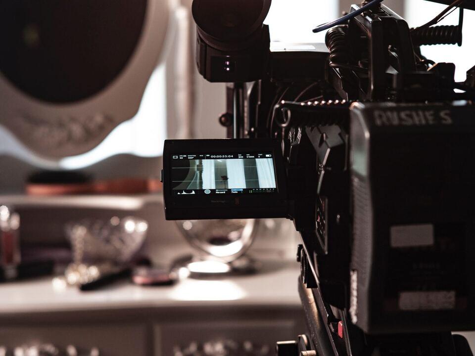 filmförderung kamera idm 1102041_Film-adi-goldstein-BishdZ-j6-M-unsplash