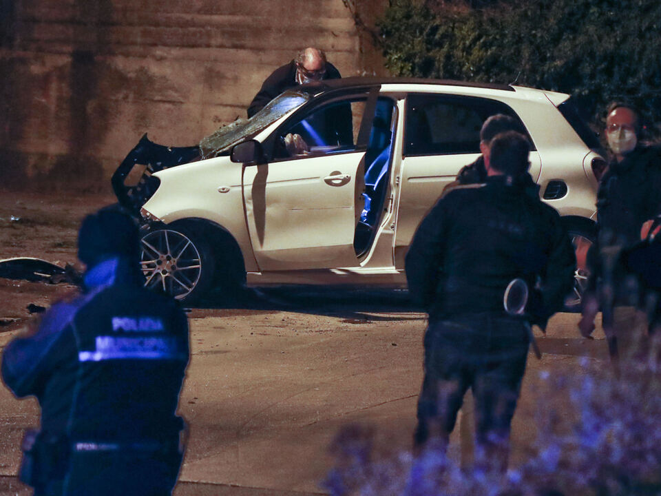 Carabinieri del reparto scientifica sul luogo del ritrovamento tra Marano e Villaricca (Napoli) di due uomini morti, 26 marzo 2021. Gli investigatori, dopo il ritrovamento di una pistola sul luogo dell\'incidente, ipotizzano che la causa dei due decessi sia stata una rapina finita tragicamente, athesiadruck2_20210327195313317_73e87b1c77d139b8579b6da2172c82d7
