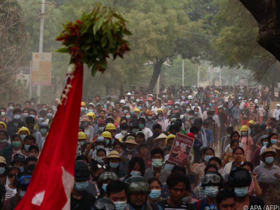 Auch am Montag gingen zahlreiche Menschen auf Myanmars Straßen