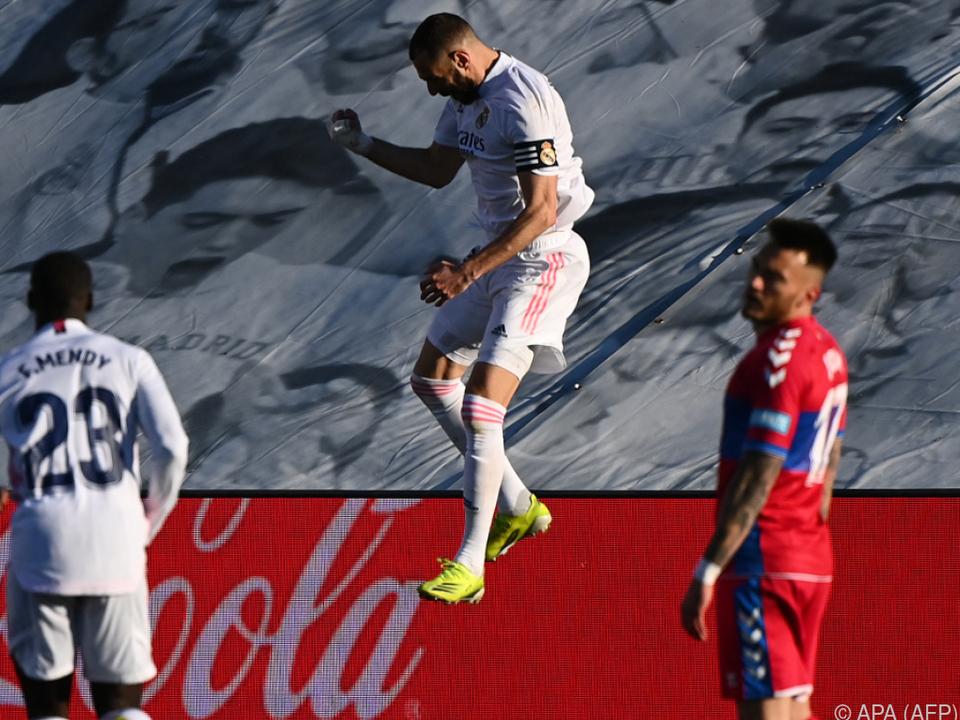 Benzema feiert ein Tor und mit ihm Real Madrid