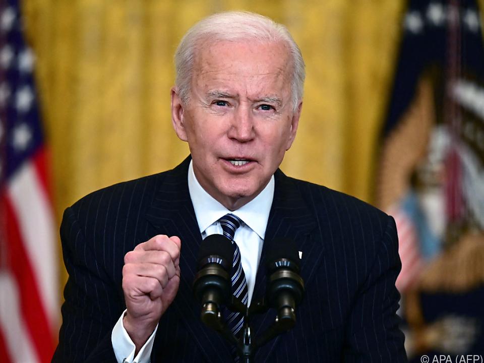 Biden stellt sich erstmals Reportern im Presseraum des Weißen Hauses