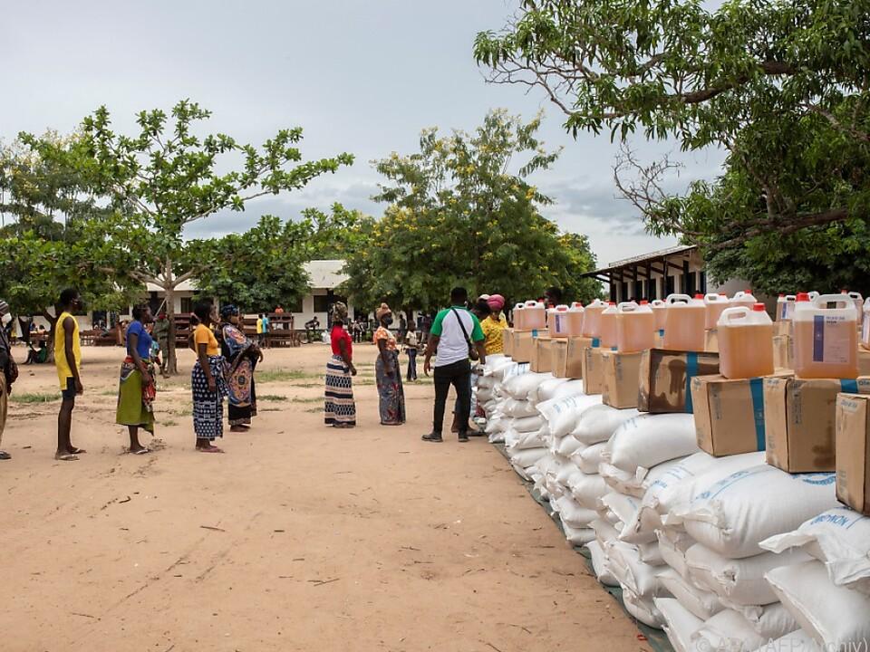 Binnenflüchtlinge in der Region nehmen Hilfsgüter von der UNO entgegen