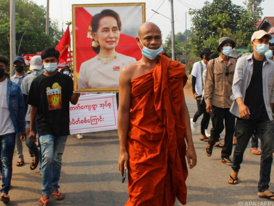 Buddhistischer Mönch führt Demo für Freilassung Suu Kyis an