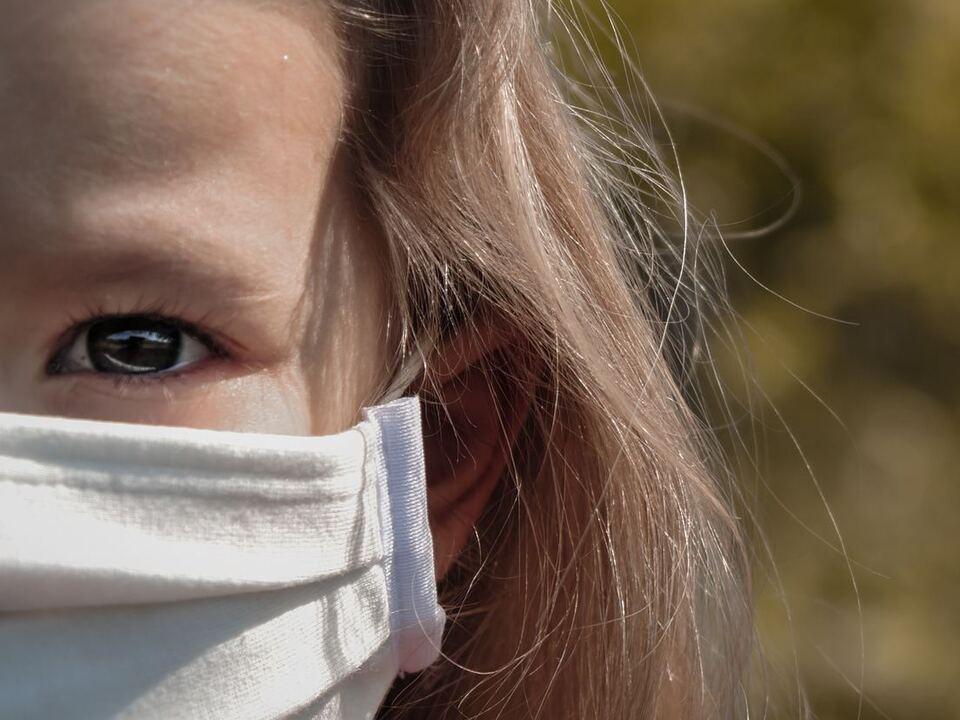 Kind Mädchen Coronavirus Maske