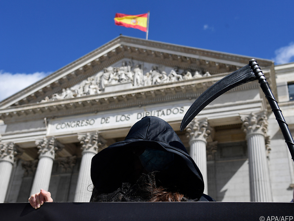 Demonstrant gegen Sterbehilfe vor dem spanischen Parlament